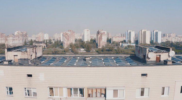 У Києві мешканці багатоповерхівки здали дах будинку в оренду під сонячні панелі