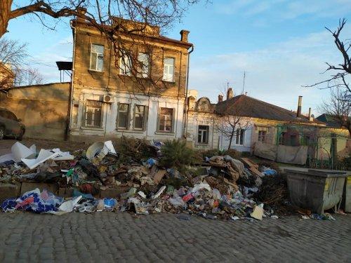 Жители Николаева жалуются на горы мусора посреди центра города. Фото