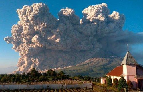 На острові Суматра в Індонезії вулкан викинув хмару вулканічного попелу на 5 кілометрів