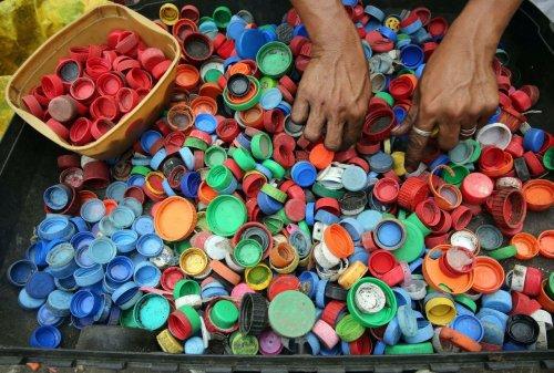 В Херсоне школьники превращают пластиковые крышечки в дизайнерские вещи