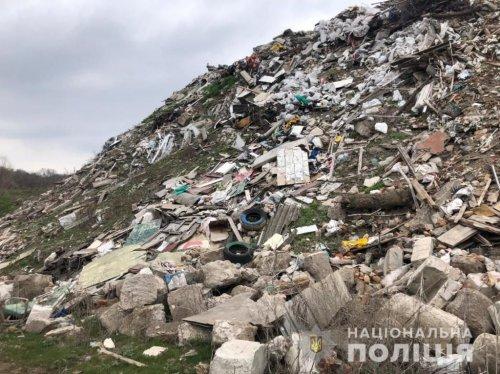 Під Дніпром влаштували незаконне сміттєзвалище: підозрюють чиновників. Фото та відео