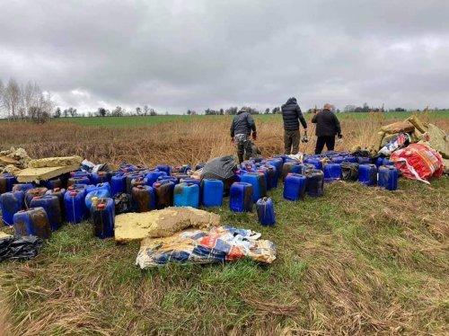 Поблизу Бучі в річку Кізку викинули небезпечні хімікати: фото та відео