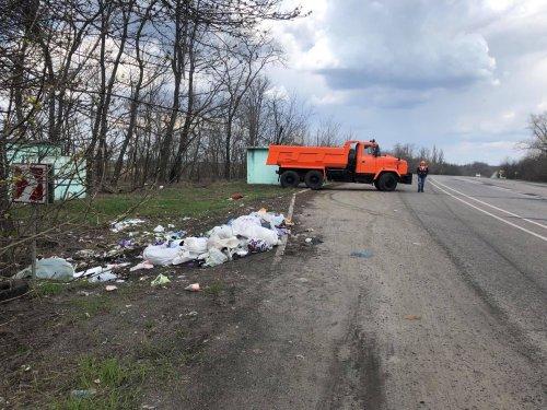На Харківщині з узбіч доріг прибрали 400 тонн сміття. Фото