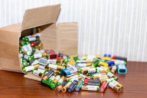 Українцям пояснили, чим для людей шкідливі батарейки
