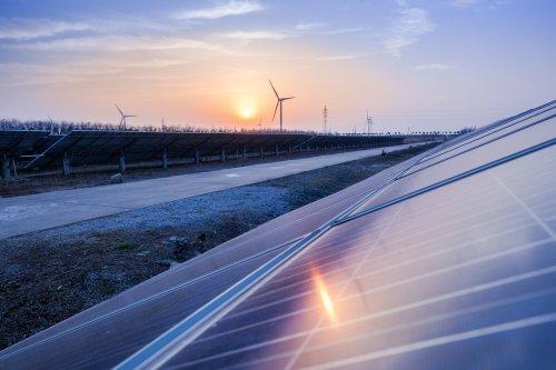 """С начала 2021 года в """"зеленую"""" энергетику инвестировали рекордные $174 млрд"""