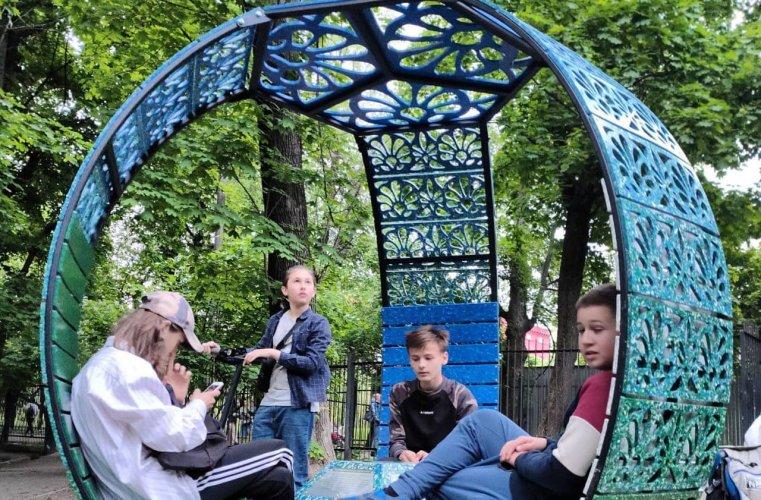 У ботсаду Києва з вторсировини створили альтанку із сонячними батареями. Фото