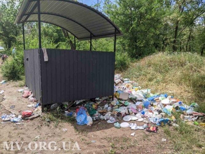 Жители Мелитополя устроили самовольную помойку в городском лесопарке. Фото и видео