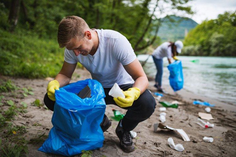 Екоактивісти розчистили звалище в Києві та розповіли про незвичайні знахідки