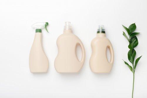 Украинцам объяснили, как правильно утилизировать бутылки из-под бытовой химии