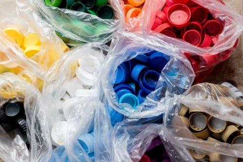 Украинцам рассказали, как сортировать пластиковые крышечки. Видео