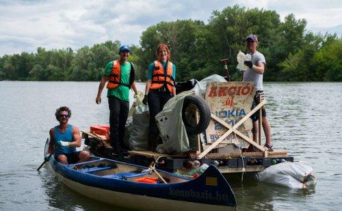 Угорські та закарпатські екоактивісти виловили з Тиси 5 тонн відходів. Фото
