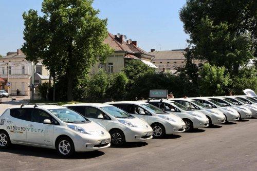 На Івано-Франківщині запустили сервіс екотаксі з Tesla і Nissan