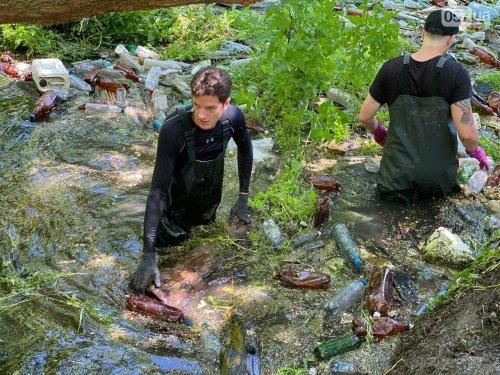 За 5 субот волонтери на Харківщині витягли з річки понад 30 тонн сміття. Фото