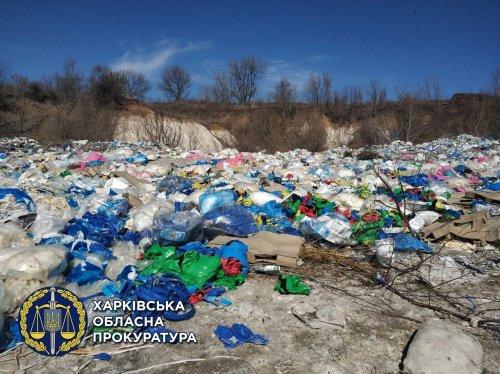 На Харьковщине директор полигона ТБО превратил его в свалку химических отходов. Фото