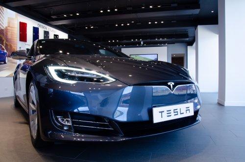 Илон Маск представил самый быстрый в мире электромобиль. Видео