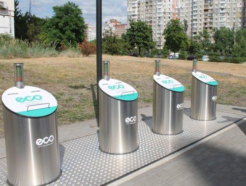 У Києві встановили підземні сміттєві баки на пульті. Фото