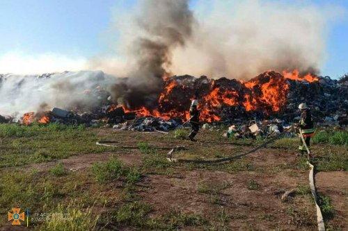 Одесские спасатели более 11 часов тушили пожар на свалке