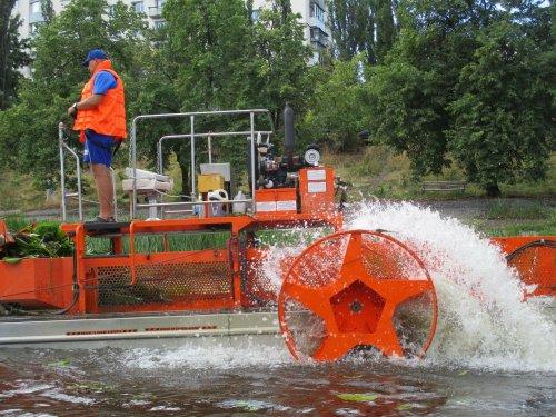 В Киеве будут очищать Днепр от водорослей и мусора с помощью водного комбайна. Фото