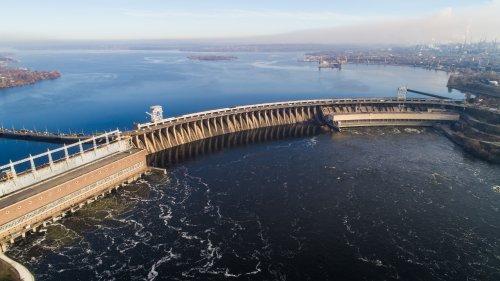 В Запорожье в турбины ГЭС попали 7 тонн толстолобиков: акватория Днепра под угрозой