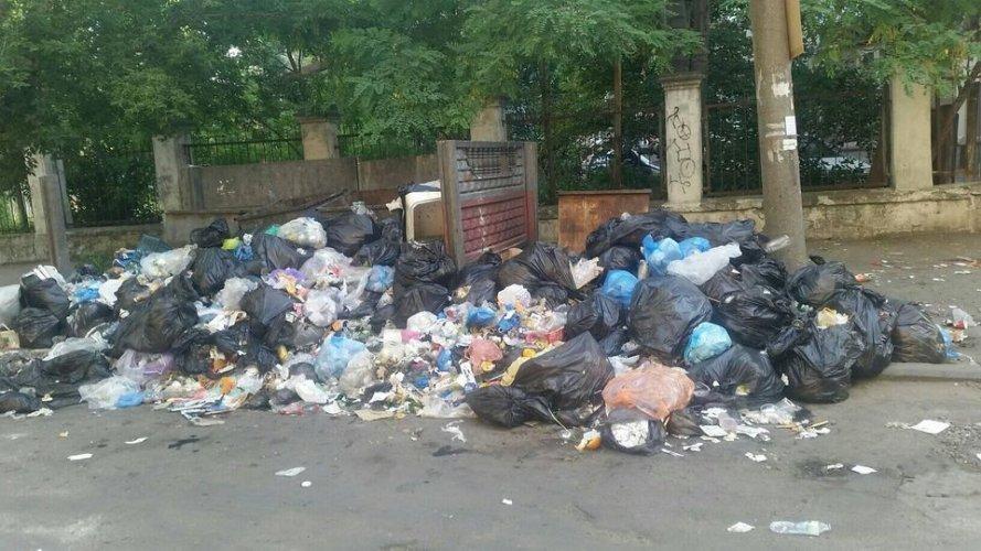 В курортном Бердянске пожаловались на горы мусора на улицах. Фото