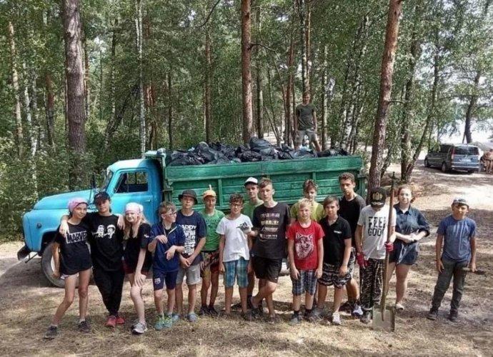 На Ровенщине участники детского лагеря устроили субботник возле озера Белое. Фото