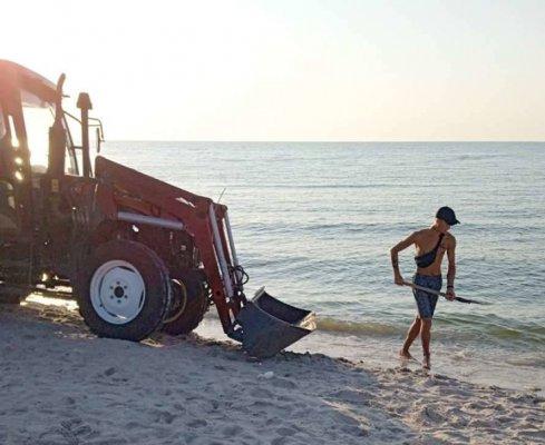 У Кирилівці шукали добровольців, щоб очистити пляж від мертвих медуз. Фото, відео