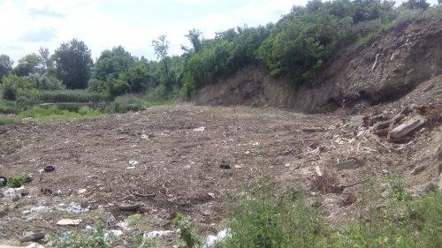 В Киеве озеро засыпают строительным мусором. Фото