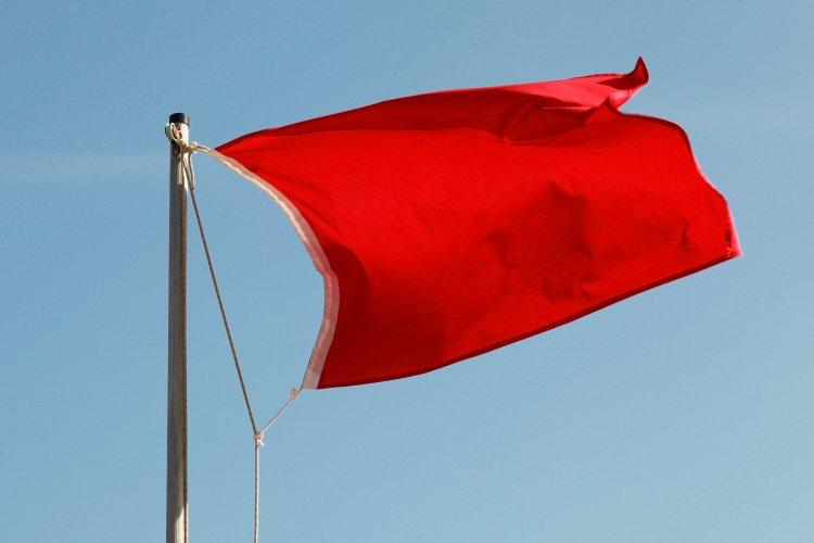 На пляжах Києва вивісили червоні прапори: купатися заборонено через небезпечні бактерії