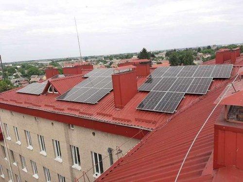 В Луцке на крыше медучреждения установили солнечную электростанцию. Фото и видео