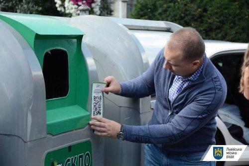 У Львові на сміттєвих контейнерах розмістили наліпки з QR-кодами. Відео