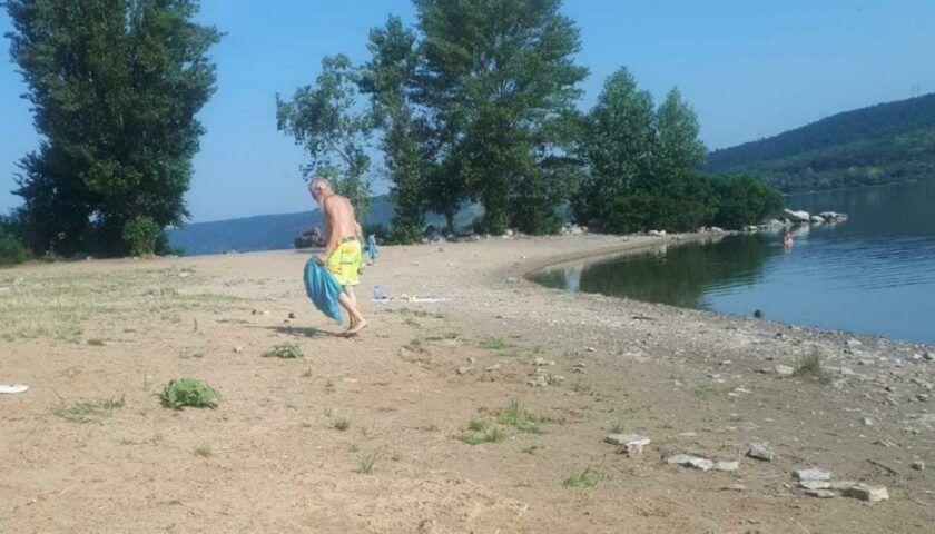 На Буковине турист-иностранец каждое утро убирает пляж после отдыхающих