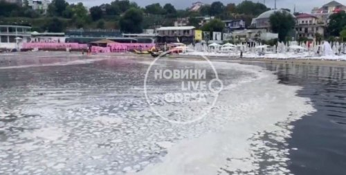 В Одесі море вкрила невідома біла речовина, на пляжі стоїть сморід. Відео