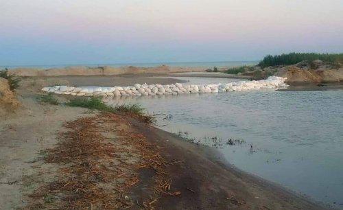 В нацпарке на Одесчине браконьеры устроили пожар и закидали мешками пролив. Фото