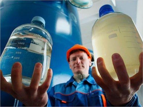 """В """"Киевводоканале"""" заявили, что желтую воду из-под крана можно пить. Видео"""