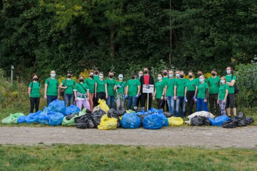 В Ужгороді волонтери прибрали набережну річки від пів тонни сміття. Фото