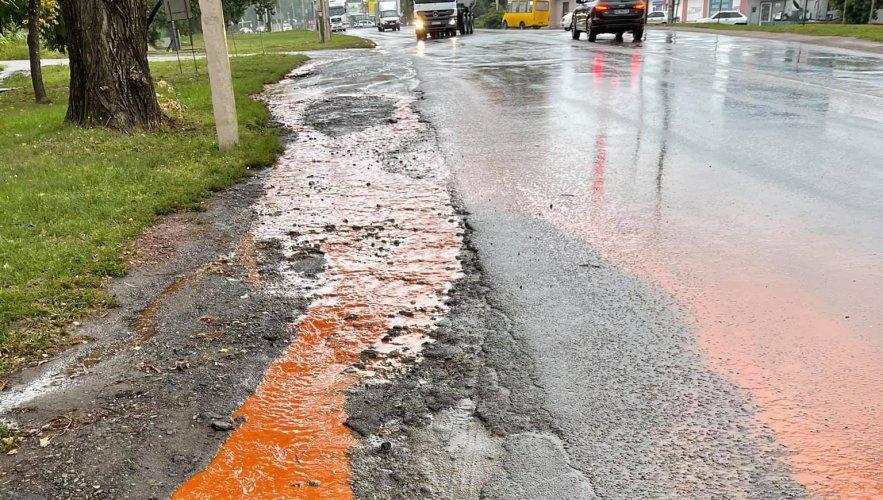 Вулицями Кривого Рогу після дощу потекли кислотно-помаранчеві струмки. Фото