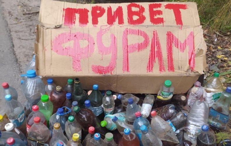 Біля Харкова активісти прибрали ліс від сотні пляшок із сечею. Відео