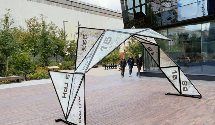 В інноваційному парку Києва встановили артінсталяцію з переробленого пластику. Фото