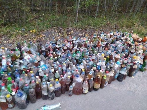 На Харьковщине дальнобойщики забросали лес бутылками с мочой. Фото