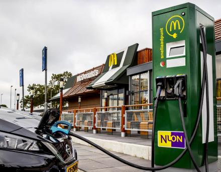 В McDonald's предложили установить зарядки для электромобилей