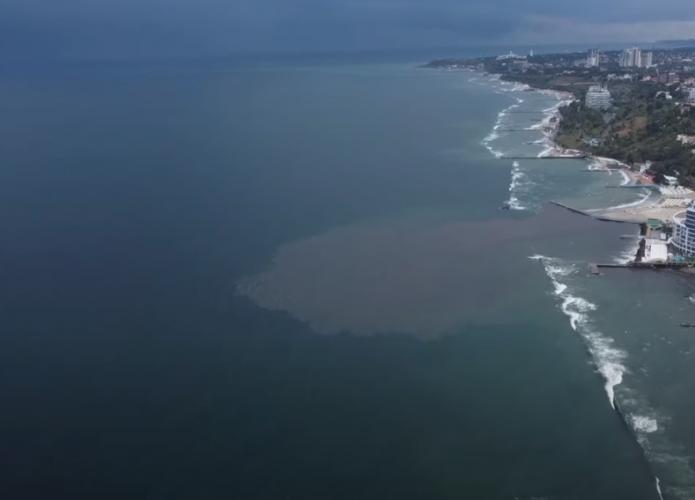На одесском пляже произошло масштабное загрязнение Черного моря. Видео