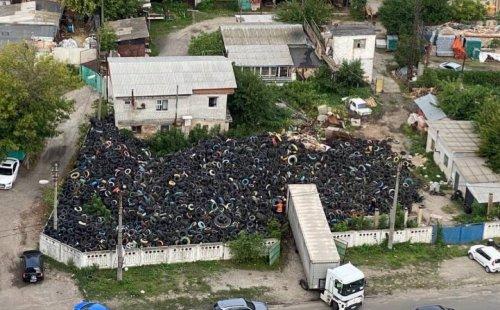 У Києві облаштували гігантське звалище шин поблизу житлових будинків. Фото