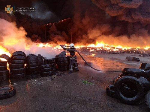 На складе под Киевом горело 10 тысяч шин