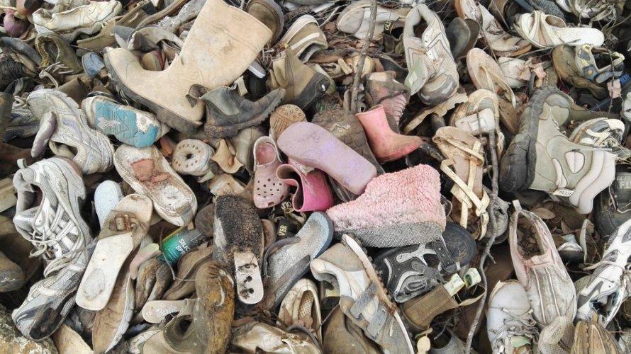 Киян спантеличив стихійний секонд-хенд із взуття на Троєщині. Фото та відео