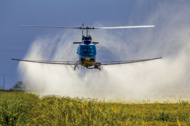 Под Ривне сельский экопатруль поймал вертолет, который опрыскивал поля неизвестным веществом