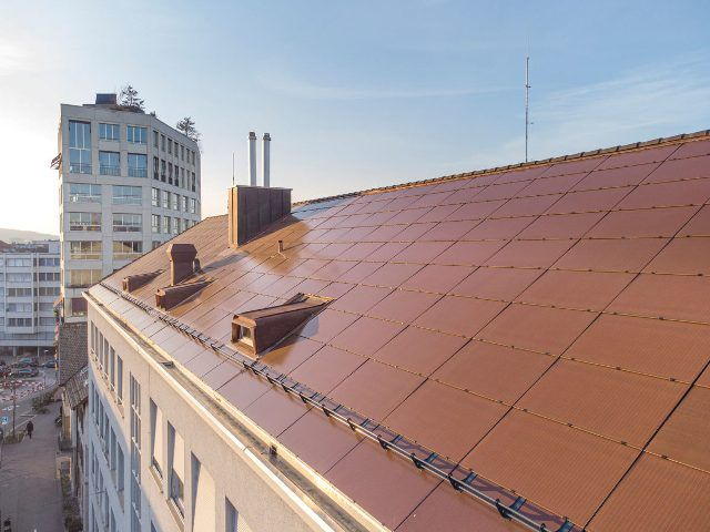 """У Цюриху дах будинку """"прикрасили"""" кольоровою сонячною черепицею"""