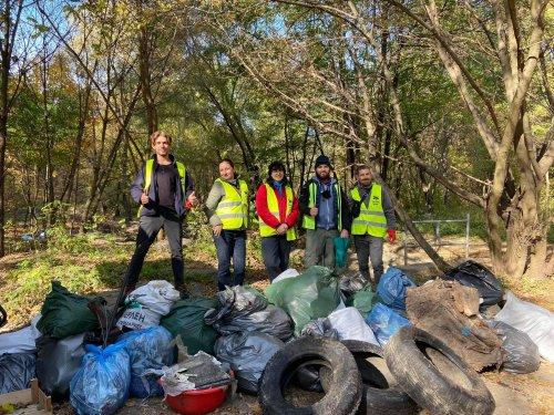 У Києві волонтери витягли з річки шини та розгребли сміття в парку. Фото