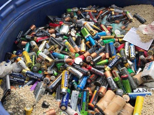 Українські активісти відправили на переробку в Румунію понад мільйон батарейок. Фото