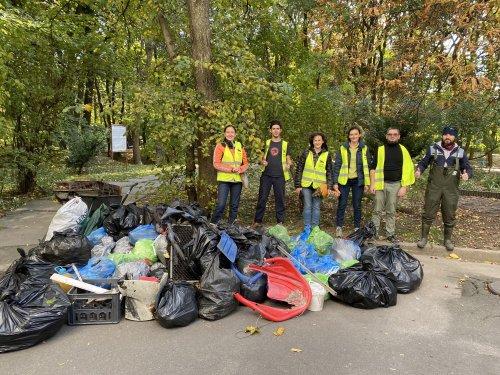 В Киеве активисты убрали от кучи мусора парк на Лукьяновке. Фото
