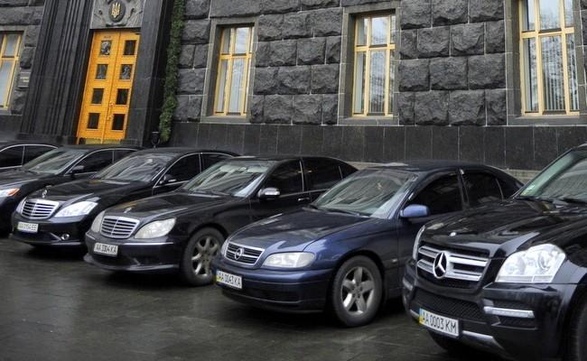 """В """"Слуге народа"""" хотят разрешить парковаться возле Рады только электрокарам"""